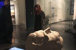 Niektoré artefakty odpočívajú v depozitároch múzeí a galérií, na fotografii hlava Gottwalda.