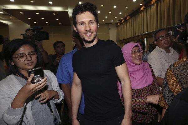 Spoluzakladateľ Telegramu Pavel Durov (v strede) po tlačovej konferencii po jeho stretnutí s indonézskym ministrom pre komunikáciu a informatizáciu Rudiantarom v Jakarte 1. augusta 2017.