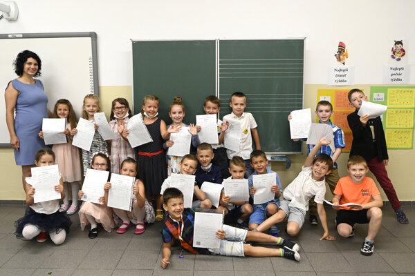 Odovzdávanie koncoročných vysvedčení na Základnej škole Jána Lipského, 30. júna 2020 v Trenčianskych Stankovciach. Na snímke žiaci I. B triedy pózujú s vysvedčeniami.