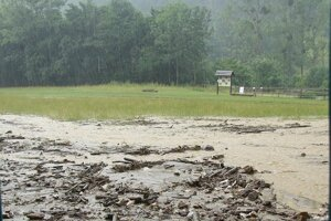 Sysľovisko sa v priebehu dvoch týždňoch ocitlo pod vodou. Uplynulú nedeľu aj pod nánosom skál a dreva.