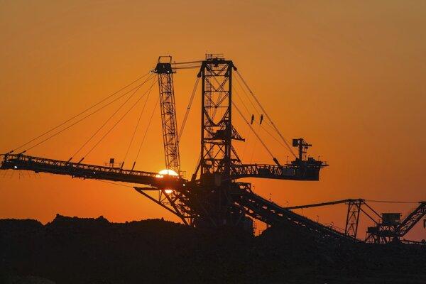 Ilustračná fotografia. Emisie skleníkových plynov vytvorené ľuďmi v priemysle, doprave a ďalších oblastiach zvrátili účinok viac ako šesťtisícročného ochladzovania.