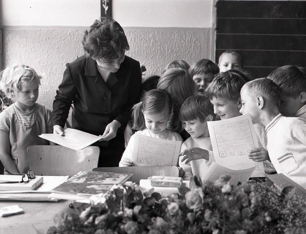 1971. Odovzdávanie vysvedčenia na základnej škole na Riazanskej ulici v Bratislave.