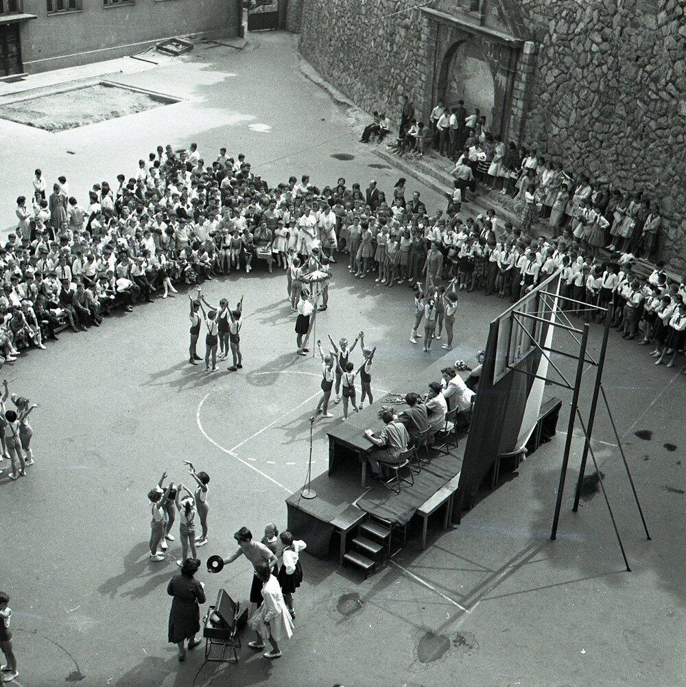 1960. Koncoročné vysvedčenie v škole Petra Jilemnického v Bratislave. Žiaci si nacvičili aj program.