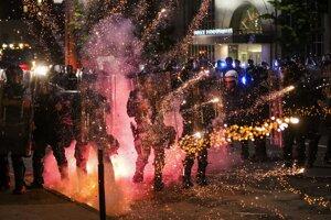 Svetlice a ohňostroje lietali na policajtov aj počas protestov. Snímka je zo začiatku júna zo St. Louis.