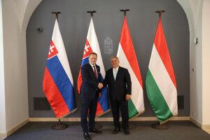 Predseda slovenského parlamentu Boris Kollár (vľavo) sa stretol s maďarským premiérom Viktorom Orbánom.