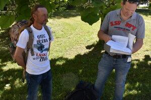 Pán Jaroslav (vpravo) prišiel držať hladovku do Prešova. Podporili ho aj ďalší.