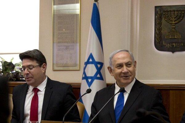 Izraelský minister pre regionálnu spoluprácu Ofir Akunis a predseda vlády Benjamin Netanjahu.