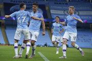 Futbalisti Man City sa radujú z gólu.