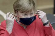 Merkelová v rúšku.