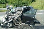 Osobné auto po zrážke s nákladným vozidlom.