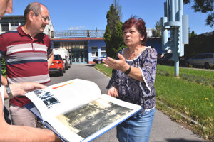 Odborári ukazujú knihu, ktorá vyšla k jubileu fabriky. Teraz v nej prepúšťajú.