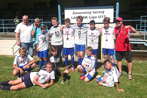 Mladší žiaci FK Močenok, víťazi záverečného turnaja v Jelenci.