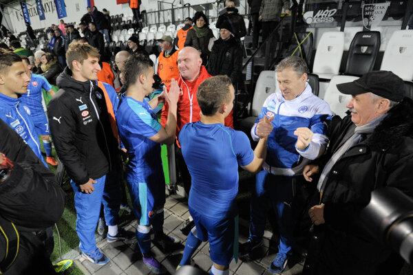 Stanislav Lobotka si po úspešnom zápase s Tureckom podáva ruku s trénerom Pavlom Hapalom.