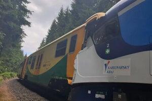 Dva vlaky po kolízii neďaleko českej dediny Pernink.