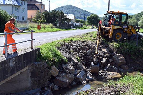 Práce na regulácii rieky Pichoňka.