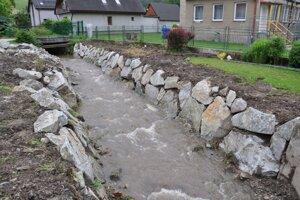 Brehy v Ludrovej pred povodňami takto spevnili.
