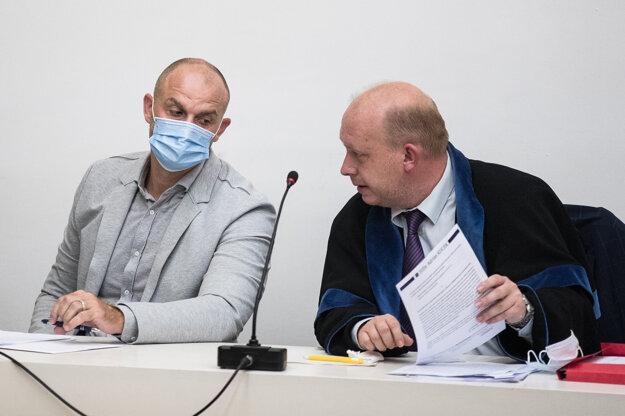 Bödör prišiel na súd osobne, rozhoduje sa o jeho väzbe.