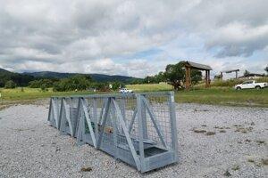Nový most čakal na parkovisku na Podlesku na prílet vrtuľníka.
