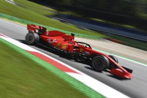 Jazdec tímu Ferrari Sebastian Vettel.