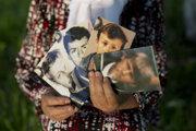 Šesťdesiatšesťročná žena s fotografiami svojho manžela a troch synov vo východobosnianskej Srebrenici. Teraz žije sama. Všetko, čo jej ich pripomína, sú tieto fotografie.