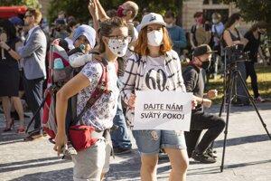 Účastníčky s transparentom počas protestného pochodu za rešpektovanie reprodukčných práv s názvom Nebudeme ticho! v uliciach Starého Mesta v Bratislave.