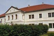 Na snímke historická druhá budova Prvého Slovenského gymnázia v Revúcej, v ktorej do roku 2018 sídlilo Prvé slovenské literárne gymnázium.