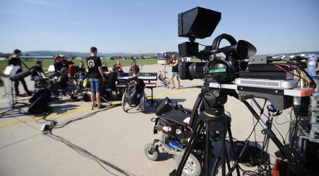 Kamery snímajú vystúpenie kapely The Tap Tap