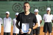 Alex Molčan s trofejou pre víťaza.