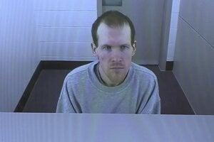 Brenton Harrison Tarrant v priebehu pojednávania z väznice.