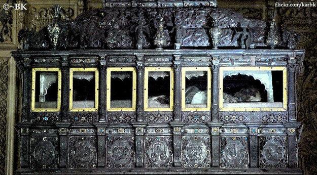 Strieborná rakva s pozostatkami sv. Františka Xaverského v Bazilike Bom Jesus.