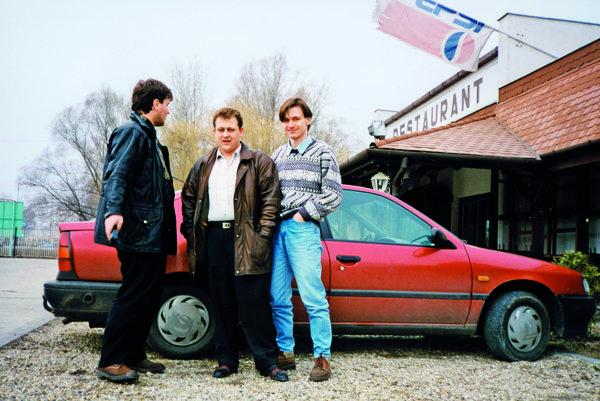 Zľava Róbert Remiáš, Oskar Fegyveres a bývalý redaktor SME Peter Tóth. Stretnutie v Maďarsku počas Fegyveresovho pobytu na úteku v zahraničí.