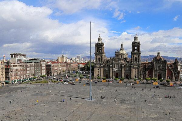 Námestie Zócalo v Mexiku. V základoch jednej z budov na námestí objavili dlažbu aztéckeho paláca.
