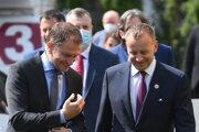Predseda parlamentu Boris Kollár (Sme rodina) a premiér Igor Matovič (OĽaNO) prichádzajú na tlačovú konferenciu, na ktorej predstavili veľký sociálny balík v Bratislave 15. júla 2020.