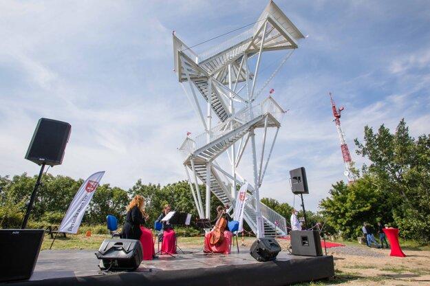 Atmosféra počas slávnostného otvorenia vyhliadkovej veže na vrchu Devínska Kobyla