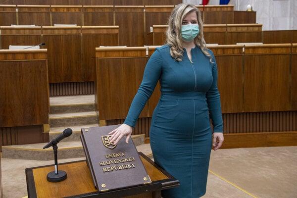 Anna Andrejuvová skladá poslanecký sľub.