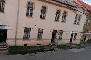 Na Levočskej ulici pribudli zábradlia i pásky.