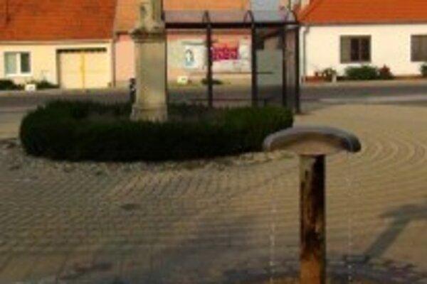 Prameň na námestí sv. Floriána v Dechticiach