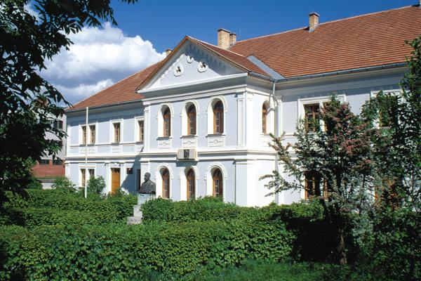 Historická budova Prvého slovenského literárneho gymnázia v Revúcej.