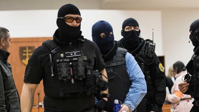 Odsúdený Zoltán Andruskó vypovedal už 14. januára 2020, eskortovali ho v kukle, ktorú mu dali dole po začiatku pojednávania, keď už nie je možné fotiť.