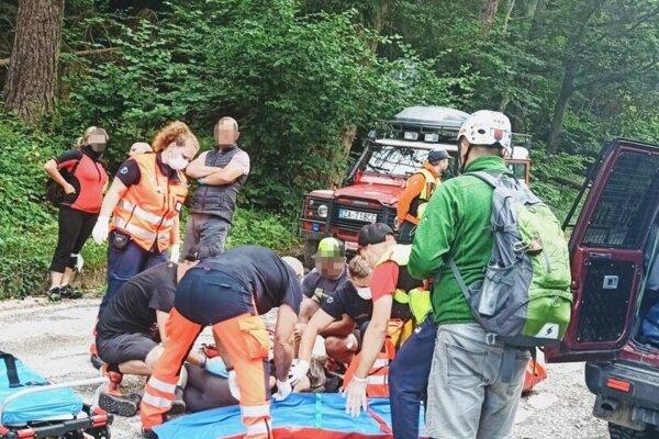 Záchrana zranenej ženy.
