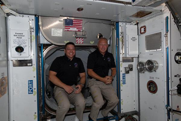 Astronauti Bob Behnken (vľavo) a Doug Hurley na Medzinárodnej vesmírnej stanici.