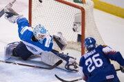 Slovenský hokejista Miloš Roman prekonáva fínskeho brankára Ukka-Pekku Luukkonena v zápase základnej B-skupiny na majstrovstvách sveta hráčov do 20 rokov Slovensko - Fínsko.