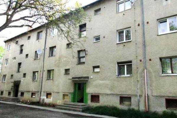 Dve mestské bytovky sú v otrasnom stave. Žijú v nich prevažne občania marginalizovanej rómskej komunity.