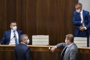 Na snímke nezaradení poslanci Národnej rady SR, zľava Erik Tomáš, Peter Pellegrini (podpredseda NR SR), Peter Žiga a Richard Raši.