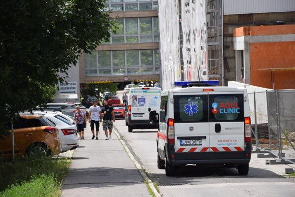 Levická nemocnica pristupuje k zákazu návštev.