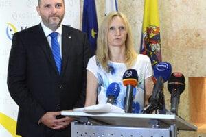 Brífing k sfalšovaným stavebným povoleniam -  poverená vedúca stavebného referátu Iveta Kramárová a primátor Jaroslav Polaček.