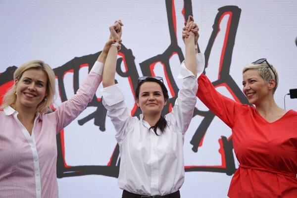 """Veranika Cepkalová (vľavo), Sviatlana Cichanovská (v strede) a Maryja Kolesnikavová. Prezident Alexander Lukašenko je známy tým, že je proti výraznejšiemu angažovaniu sa žien v politike. Vyhlásil, že prezidentka-žena by sa """"mohla, chúďa zrútiť"""" pod ťarchou problémov."""