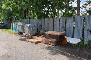 Odpad pri kontajneroch v Kežmarku.