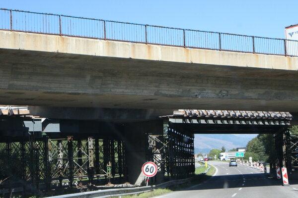 Problémový most. Od roku 2018 je uzavretý, pretože je na hranici životnosti. NDS ho má v pláne zbúrať.