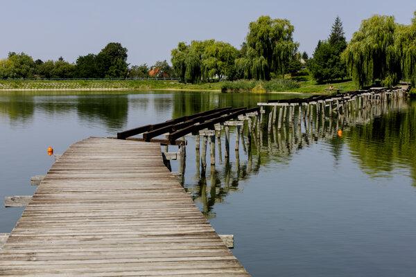 Náučný chodník Bobria hrádza v obci Kuchyňa v okrese Malacky je turisticky atraktívny, no niektoré jeho časti už chátrajú.